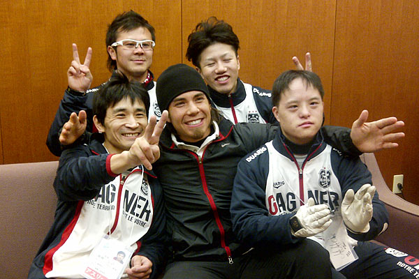 US Skater Apolo Ohno poses with Special Olympics athletes and coaches